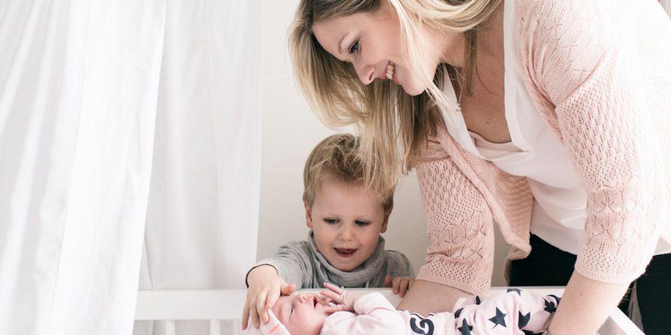 Moeder met baby en broertje