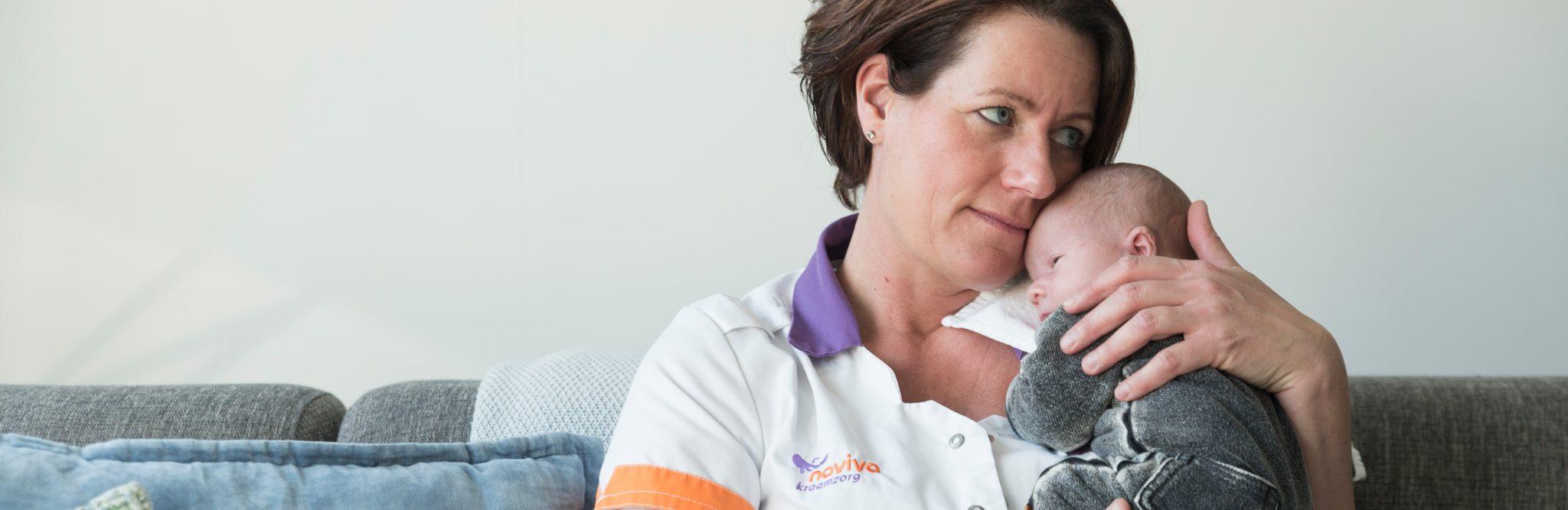 Kraamverzorgende met baby